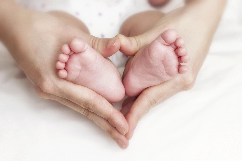 Великий, картинки ножки младенца в руках