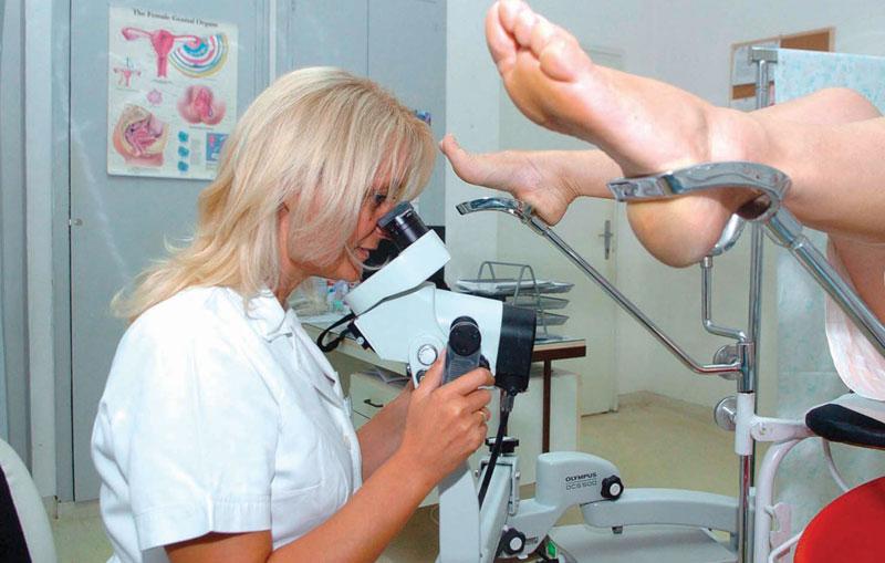 Гинеколог проводит кольпоскопию шейки матки